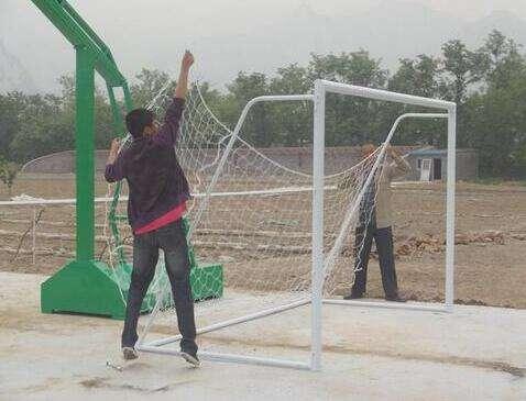 安装足球门以及挂足球门网